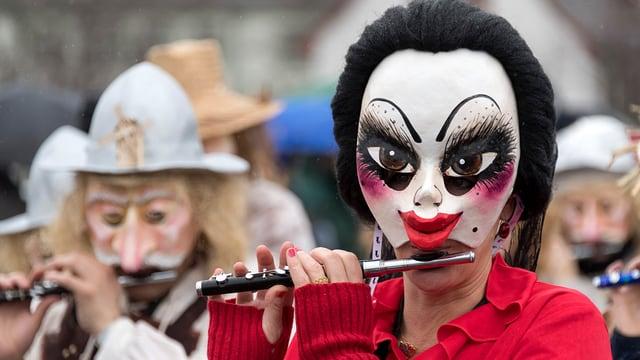 Piccolospieler mit Maske an der Basler Fasnacht.