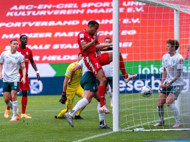 Mainz-Angreifer Robin Quaison köpfelt den Ball zum 1:0 gegen Bremen ins Tor.