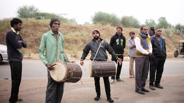Bewohner des Dorfes Firuspur nehmen an einer Wahlveranstaltung von Jignesh Mevani teil.