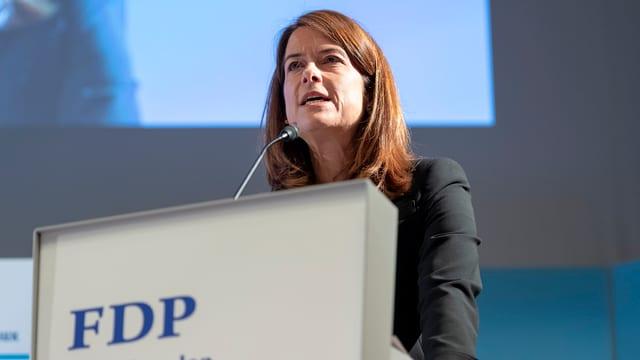 La presidenta da la PLD Petra Gössi a la radunanza da delegads a Pratteln.