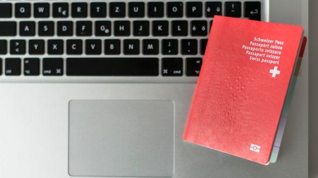 Schweizer Pass auf Computer