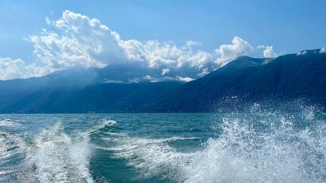 Blick über den Lago Maggiore Richtung Brissago. Am Gridone hängen Quellwolken.