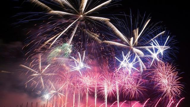 Am Genfersee wird ein farbenfrohes Feuerwerk gezündet.