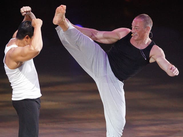 Jean-Claude Van Damme macht einen High-Kick.
