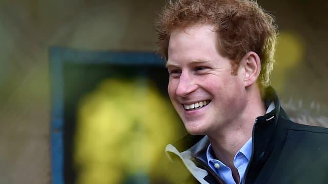 Prinz Harry lächelt.