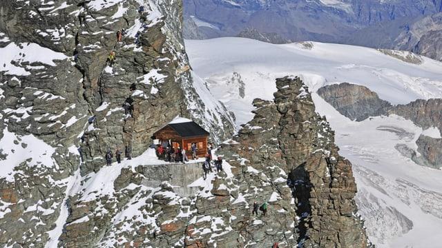 Eine kleine Hütte im Fels.