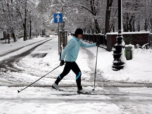 Ein Langläufer auf einer Strasse
