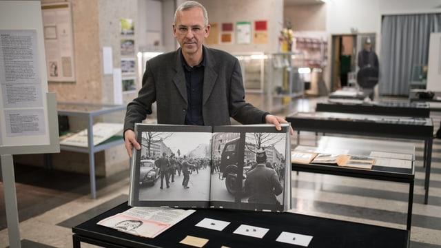 Die dei Projektile und ein offener Bildband bei der Ausstellung in der Polizeihistorischen Sammlung