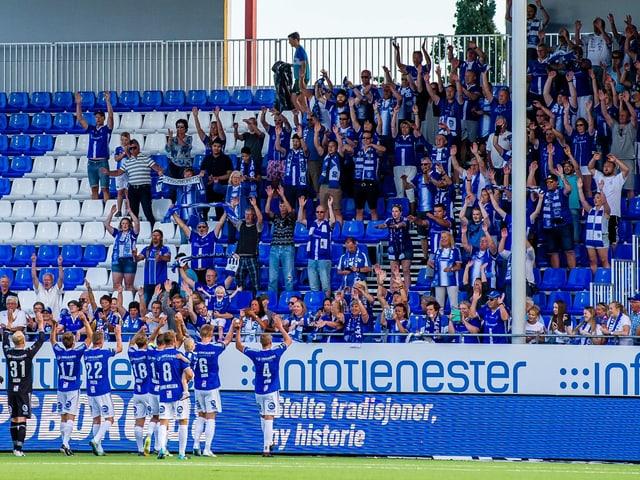 Sarpsborg-Spieler bedanken sich bei den Fans.