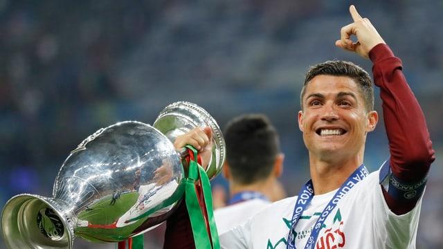Ronaldo cun il pocal.