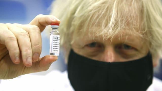 Boris Johnson mit Astra-Zeneca-Ampulle