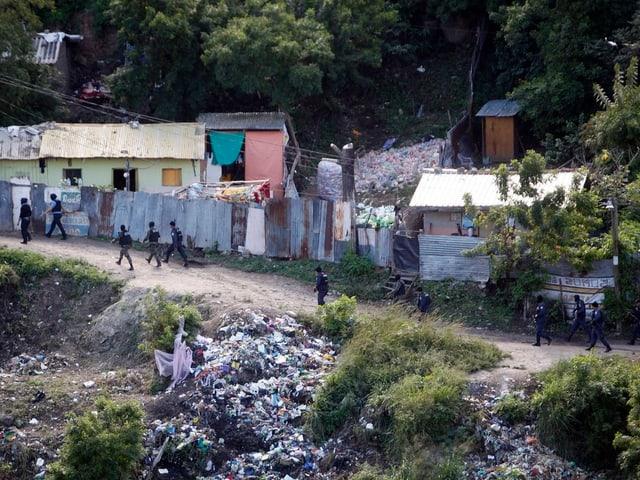 Polizisten durchsuchen ein Slum in San Pedro Sula