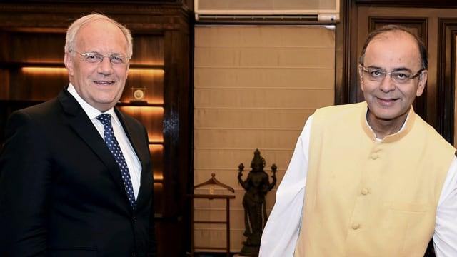 Zwei Politiker nebeneinander stehend.