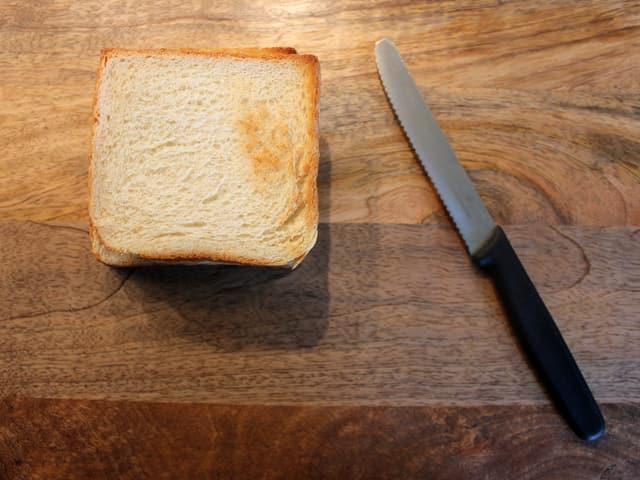 Toastscheibe mit Messer.