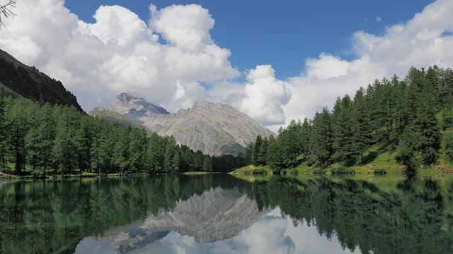 Blick auf den Lai da Palpuegna am Albulapass mit Quellwolken über den Bergen.
