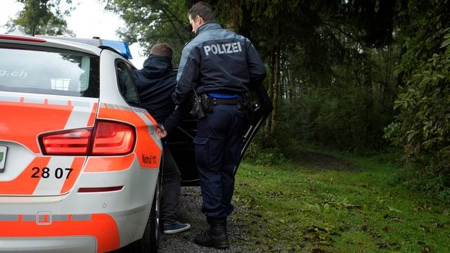 Polizist setzt Deliquent in Polizeiauto