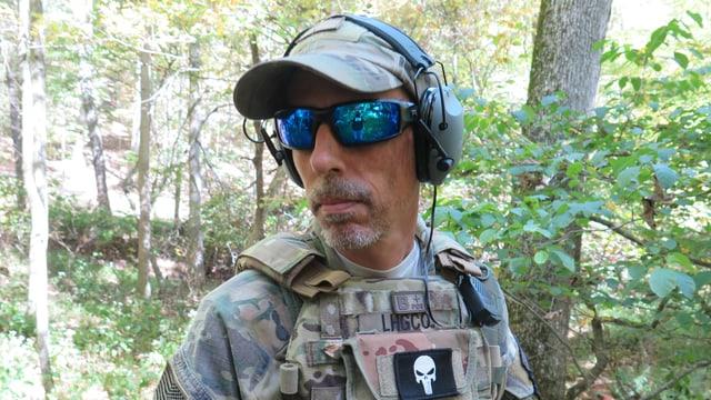 Porträt Mann mit Sonnenbrille und Gehörschutz