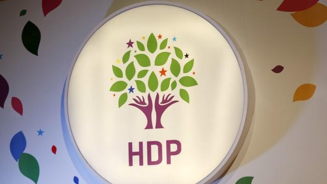 Logo der HDP: ein stilisierter Baum mit grünen Blättern und violettem Stamm