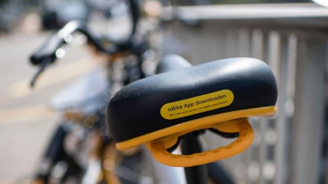 Sattel eines O-Bikes mit der Aufforderung «oBike App downloaden».