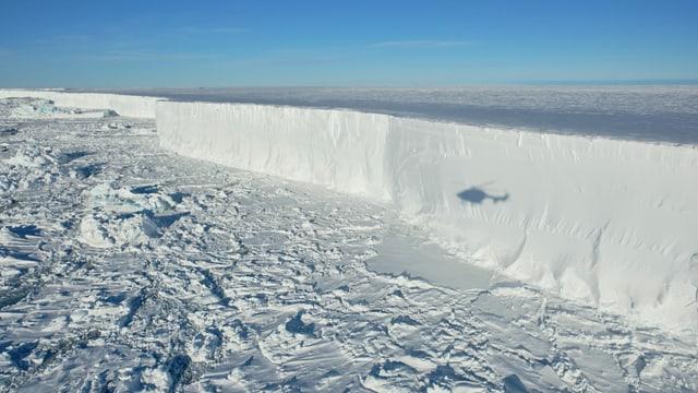 Eisfläche, Meer, Schatten eines Helikopters.