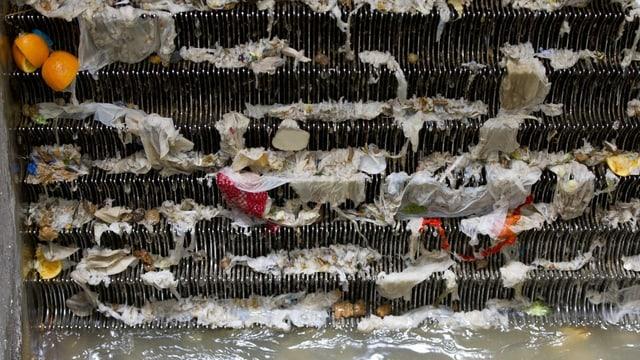 Abfälle in einem Rechen