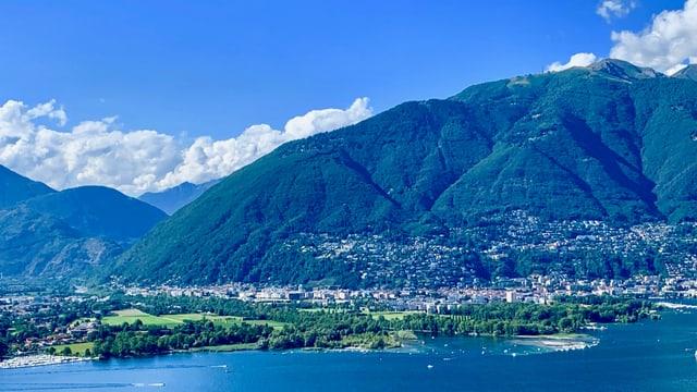 Blick über den Lago Maggiore auf das Maggiadelta und Locarno.