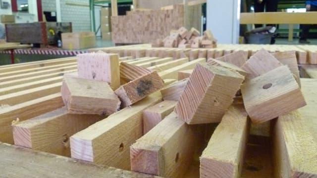 Holzplatten in einer Industriehalle.
