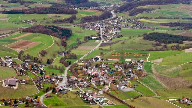Luftaufnahme von zwei Dörfern