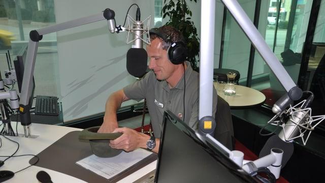 Il guardiaselvaschina Armando Janett en il studio dal Radio Rumantsch.