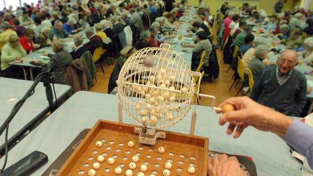 Lotto-Abend: Drehende Trommel mit Zahlen