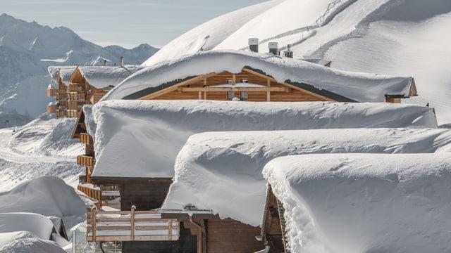 Verschneite Häuser auf der Fiescheralp