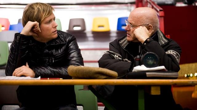 Gregory und Rolf Knie schauen einander an.