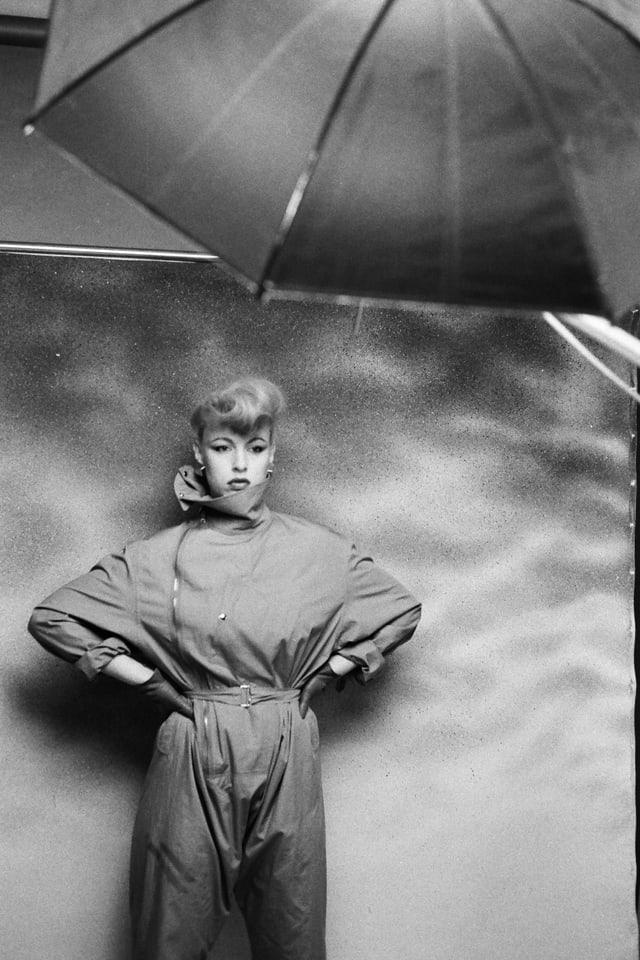 Eine Frau in einem Overall. Sie posiert.