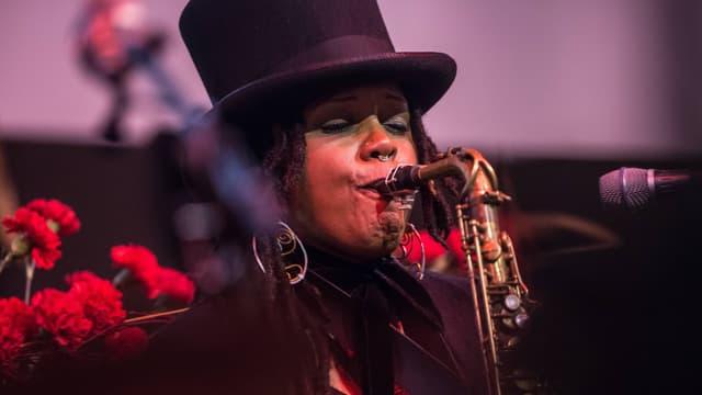 Eine Frau spielt Saxofon