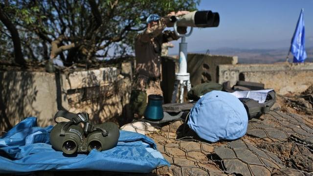 Blauhelmsoldat hinter einem Beobachtungsgerät im Grenzgebiet zwischen Israel und Syrien.