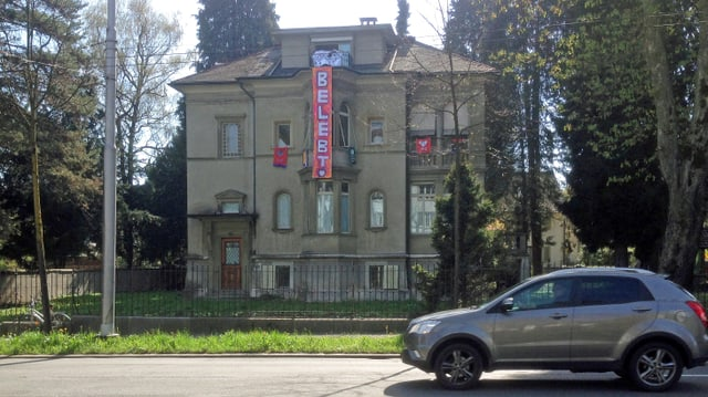 Blick auf ein Haus mit Transparenten