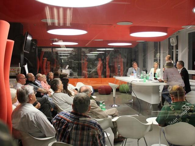 Blick auf die Diskussionsrunde und Publikum aus dem Studio.