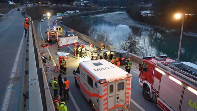 Las forzas da salvament en acziun suenter l'accident.