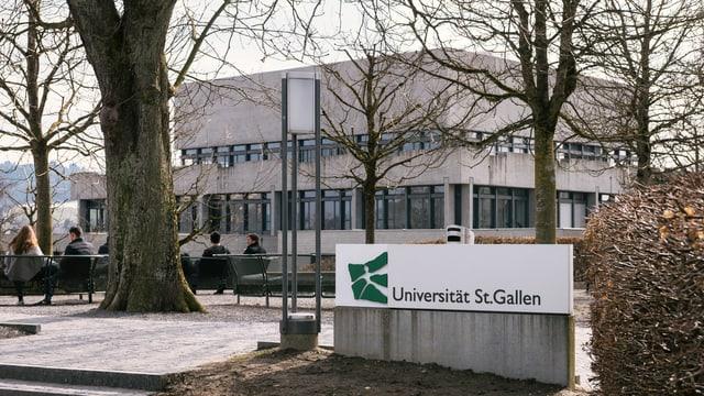Gebäude der Universität St. Gallen mit einem Logo