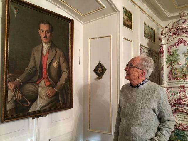 älterer Herr steht vor einem Gemälde