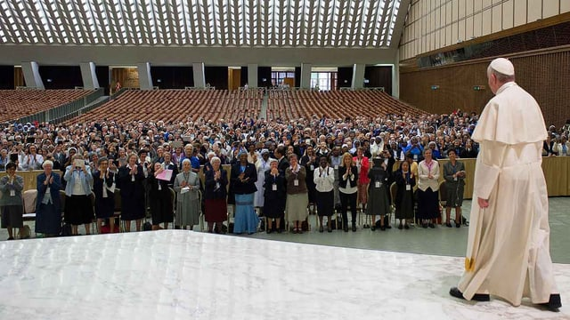Papst vor Frauen