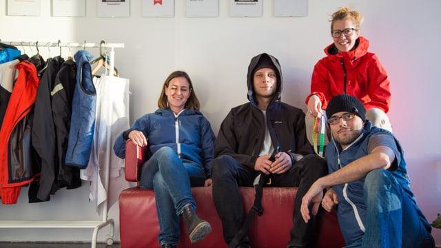 Vier Menschen in Outdoor-Kleidung.