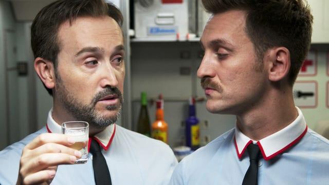 Zwei männliche Stewardessen im in Pedro Almodovárs neuer Komödie «Los amantes pasajeros».