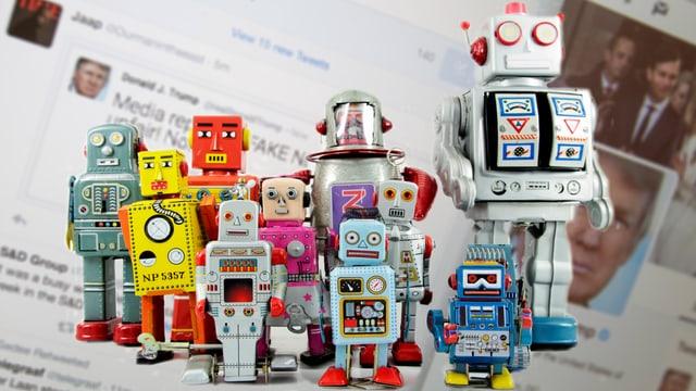 Alte Spielzeugroboter stehen vor einer Twitter Timeline.