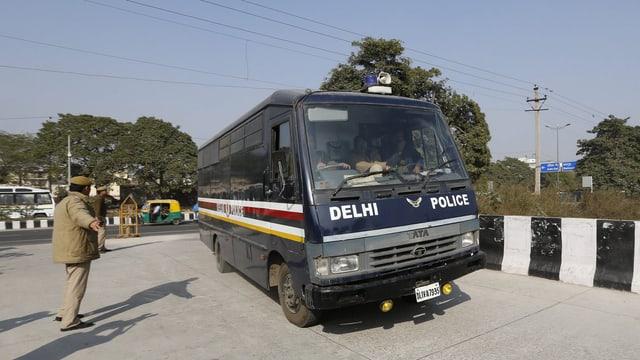 Ein Gefangenentransporter der Polizei von Neu Delhi auf dem Weg zum Gericht.
