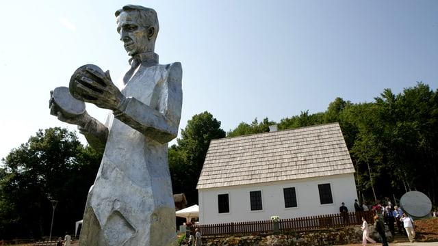 Statue von Nikola Tesla vor seinem Geburtshaus in Kroatien.