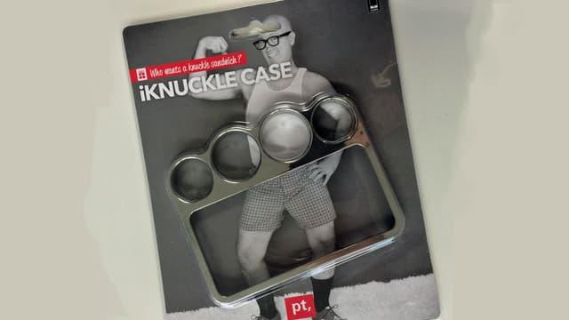 Handyhülle mit Schlagring in einer Verpackung mit einem untrainierten Mann, der in kurzen Hosen eine Pose macht.