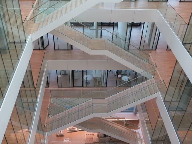 Ein Treppenhaus von oben.