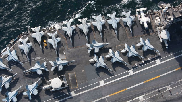 Flugzeuge auf einem Flugzeugträger im Persischen Golf
