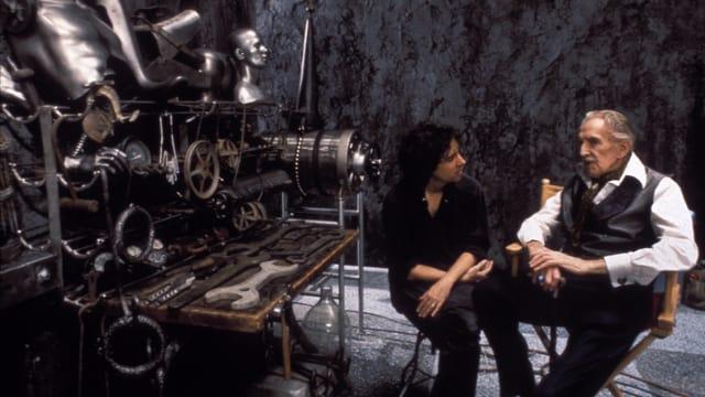 Auf dem Bild sind Vincent Price und Tim Burton beim Dreh von «Edward Scissorhands» zu sehen, neben ihnen eine Requisite aus dem Film.